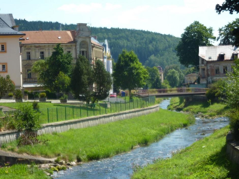 1024px-Kraslice_rivier_view
